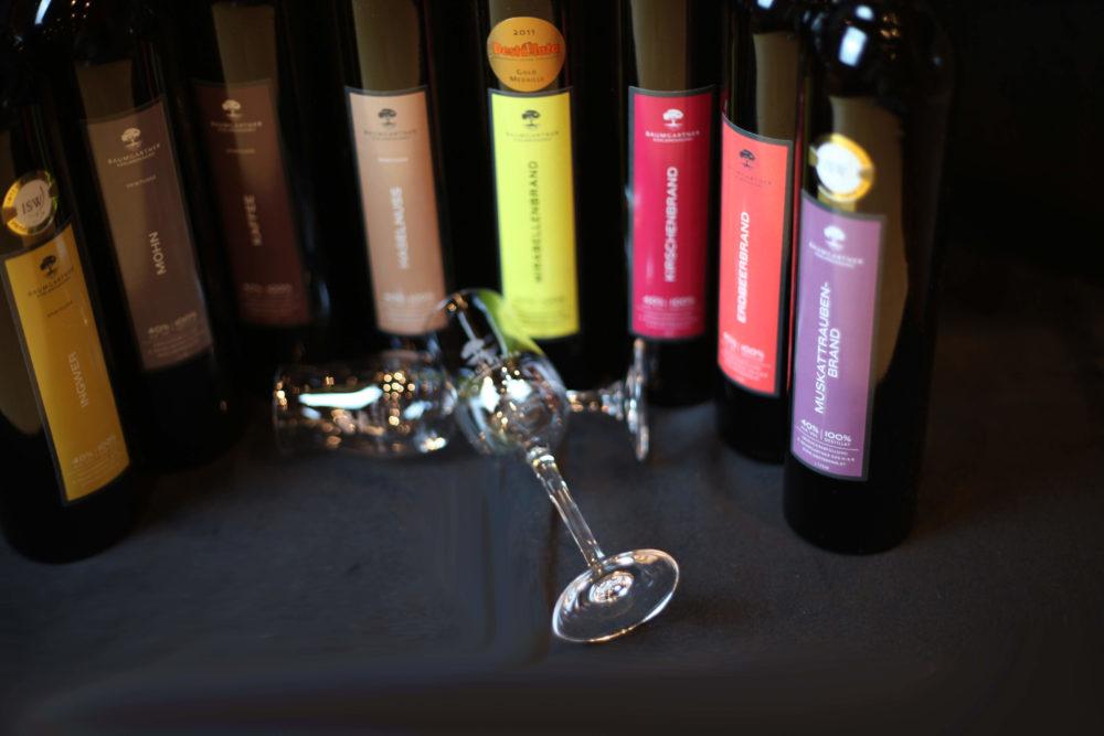 Gesampalette rund stehend mit Schnapsstielglas Vordergrund Etiketten unscharf (1)